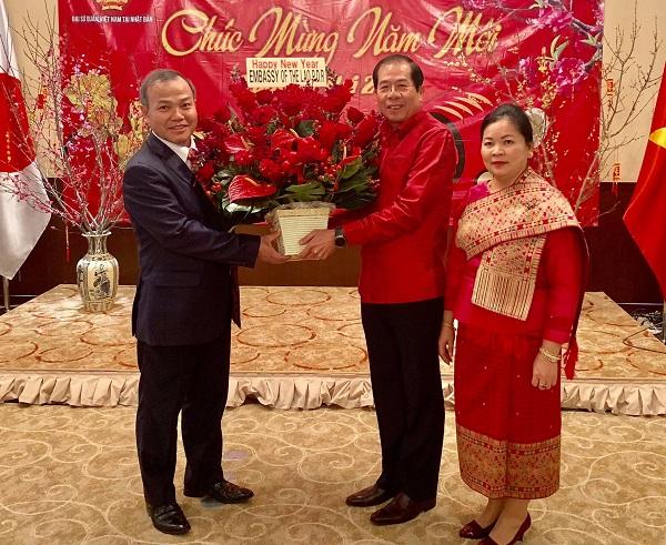 2019年ベトナムの旧暦正月「己亥の年」を祝うため、駐日ラオス大使館スタッフがベトナム大使館を訪れ