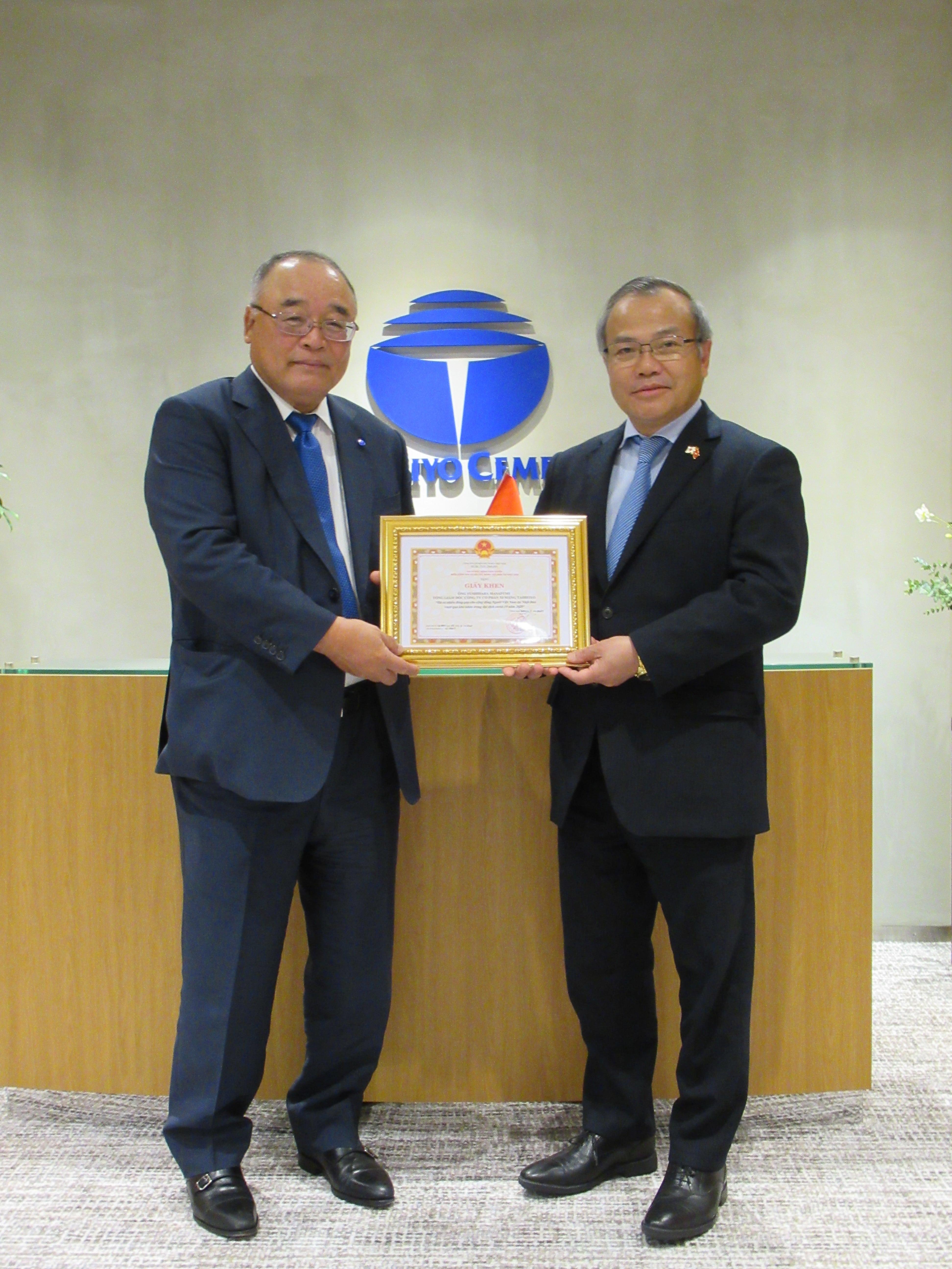 Đại sứ Vũ Hồng Nam trao Giấy khen cho Công ty cổ phần Xi măng Taiheiyo
