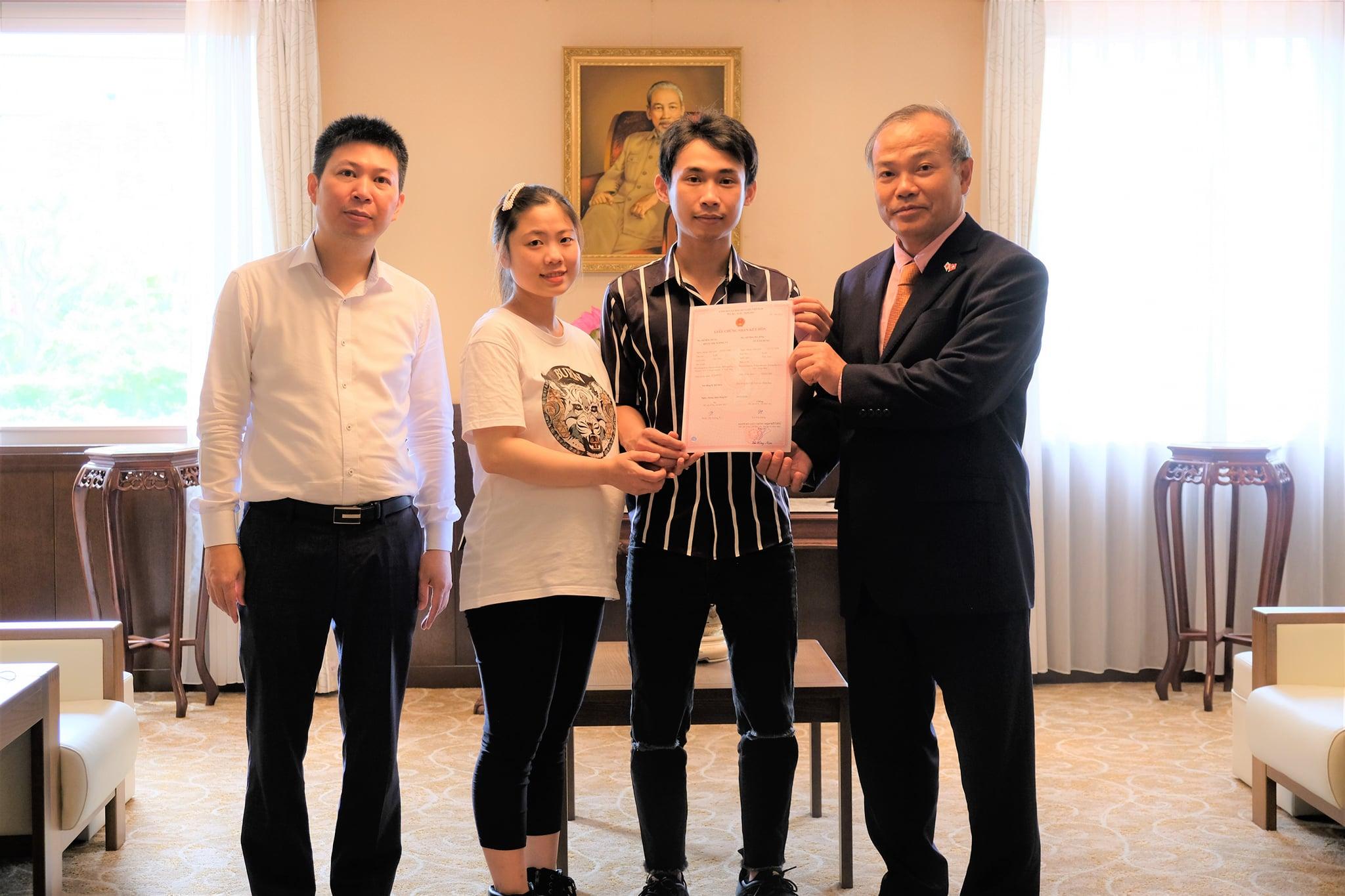 Đại sứ Vũ Hồng Nam trao Giấy chứng nhận kết hôn cho người Việt tại Nhật Bản.
