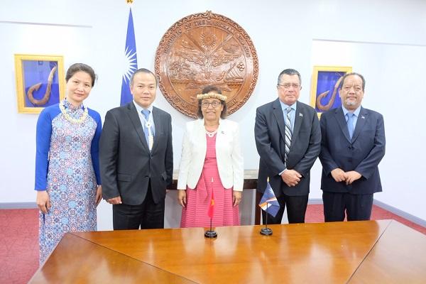 ヴ・ホン・ナム大使はマーシャル諸島共和国ヒルダ・キャシー・ハイネ大統領に信任状を捧呈し、正式にマーシャル諸島共和国ベトナム特命全権大使