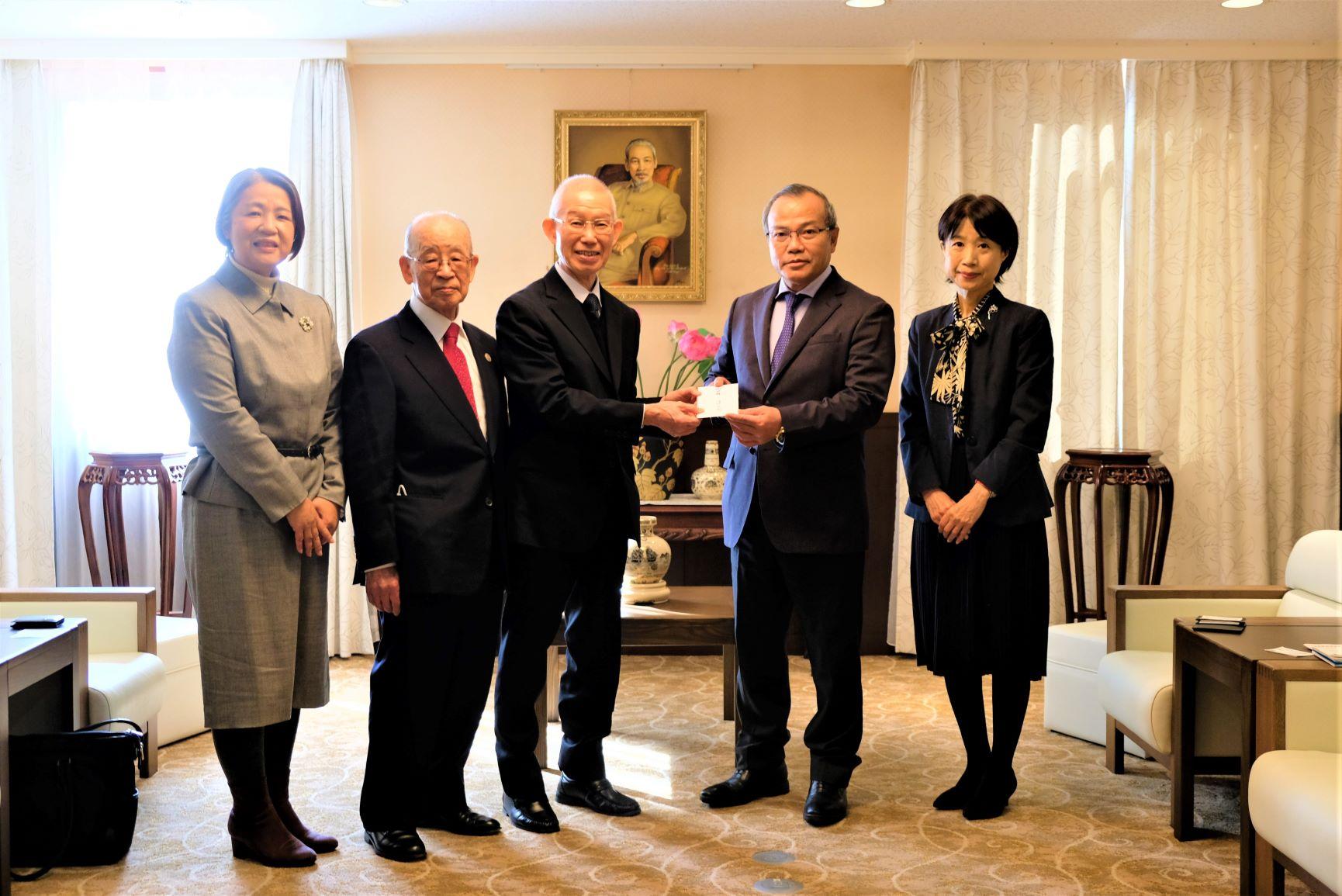 Đại sứ Vũ Hồng Nam tiếp Hội quán Đạo đức tặng phần quà hõ trợ người dân miền Trung chịu ảnh hưởng bão lũ.