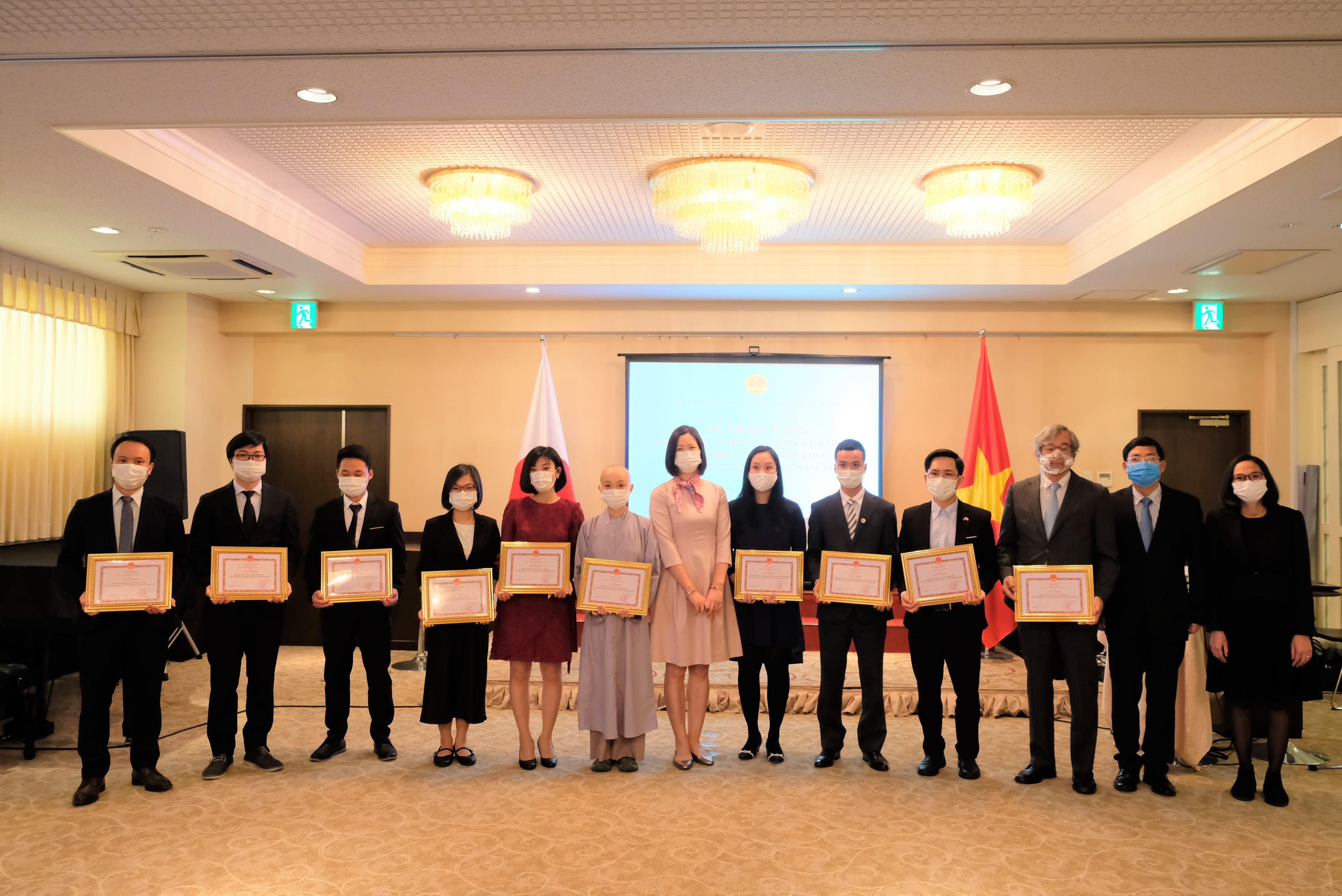 Lễ trao giấy khen cho các tập thể và cá nhân người Việt có nhiều đóng góp tích cự cho công tác cộng đồng năm 2020