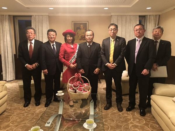 Đại sứ Việt Nam tại Nhật Bản Vũ Hồng Nam đã tiếp đoàn lãnh đạo chính quyền, các hiệp hội nghề táo và xúc tiến xuất khẩu táo và hoa hậu táo tỉnh Aomori