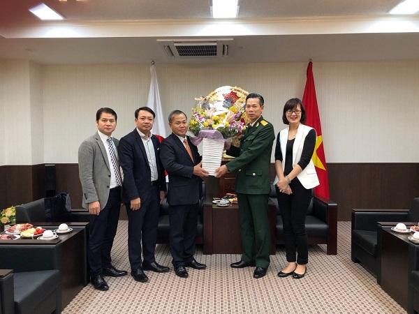 ベトナム人民軍設立74周年(1944年12月22日~2018年12月22日)を記念し、ヴー・ホン・ナム駐日ベトナム大使が駐日ベトナム武官部を訪れ