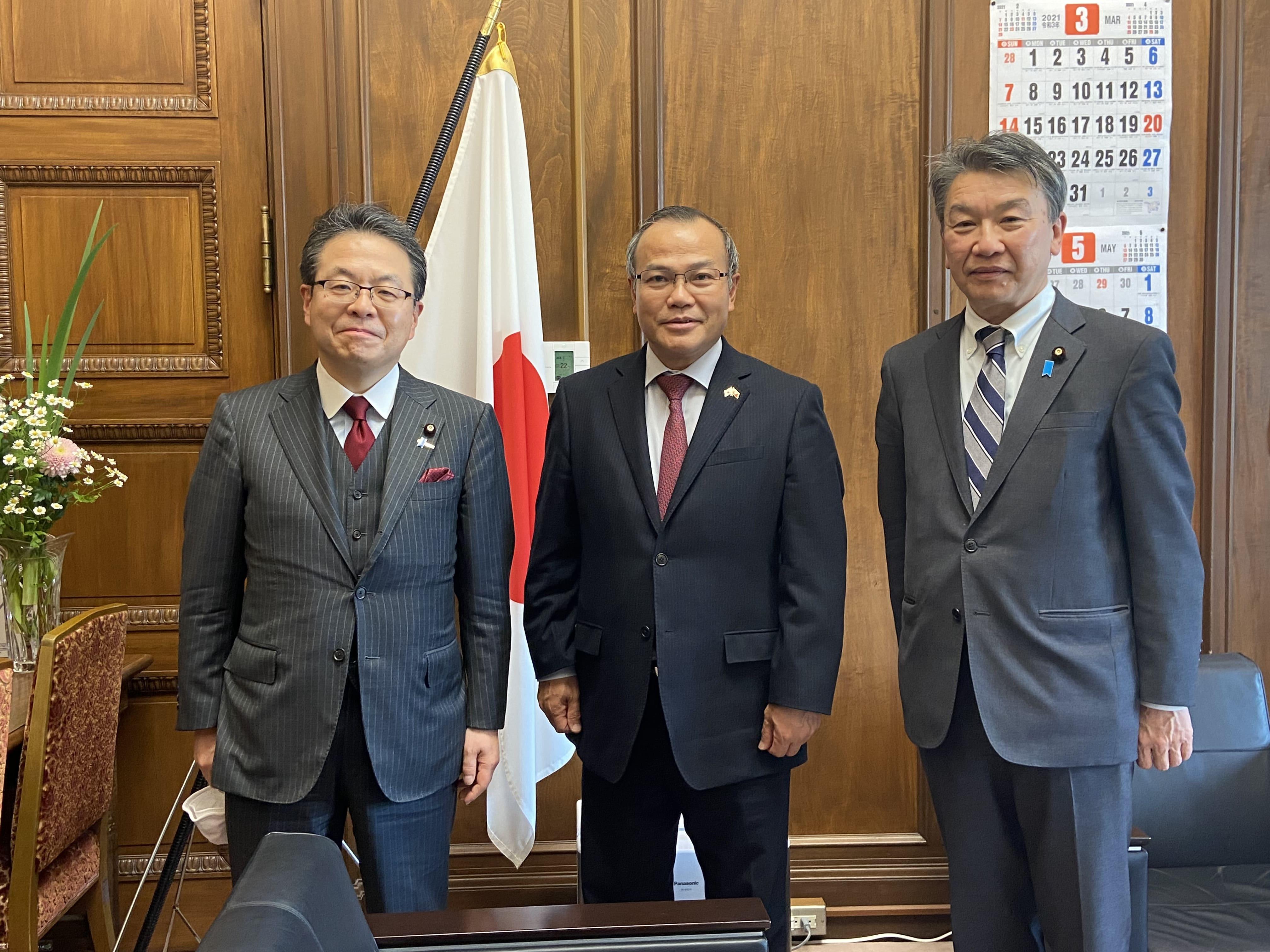 Đại sứ Vũ Hồng Nam chào Tổng Thư ký Đảng Dân chủ tự do cầm quyền (LDP) tại Thượng viện