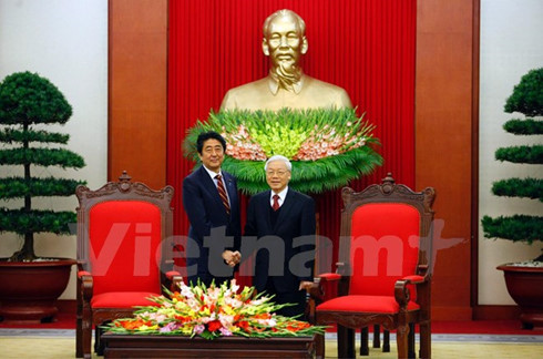 Vietnamese top leaders host Japanese PM