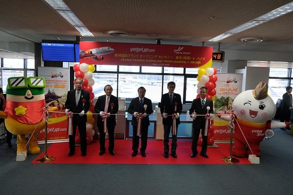 ヴー・ホン・ナム大使は東京とベトナム・ハノイを結ぶ格安航空会社のベトジェットエア(Vietjet Air)の初便セレモニーに出席
