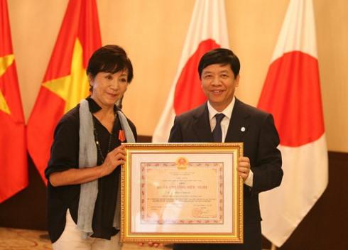 日本の坂田雅子監督に友好勲章を贈呈