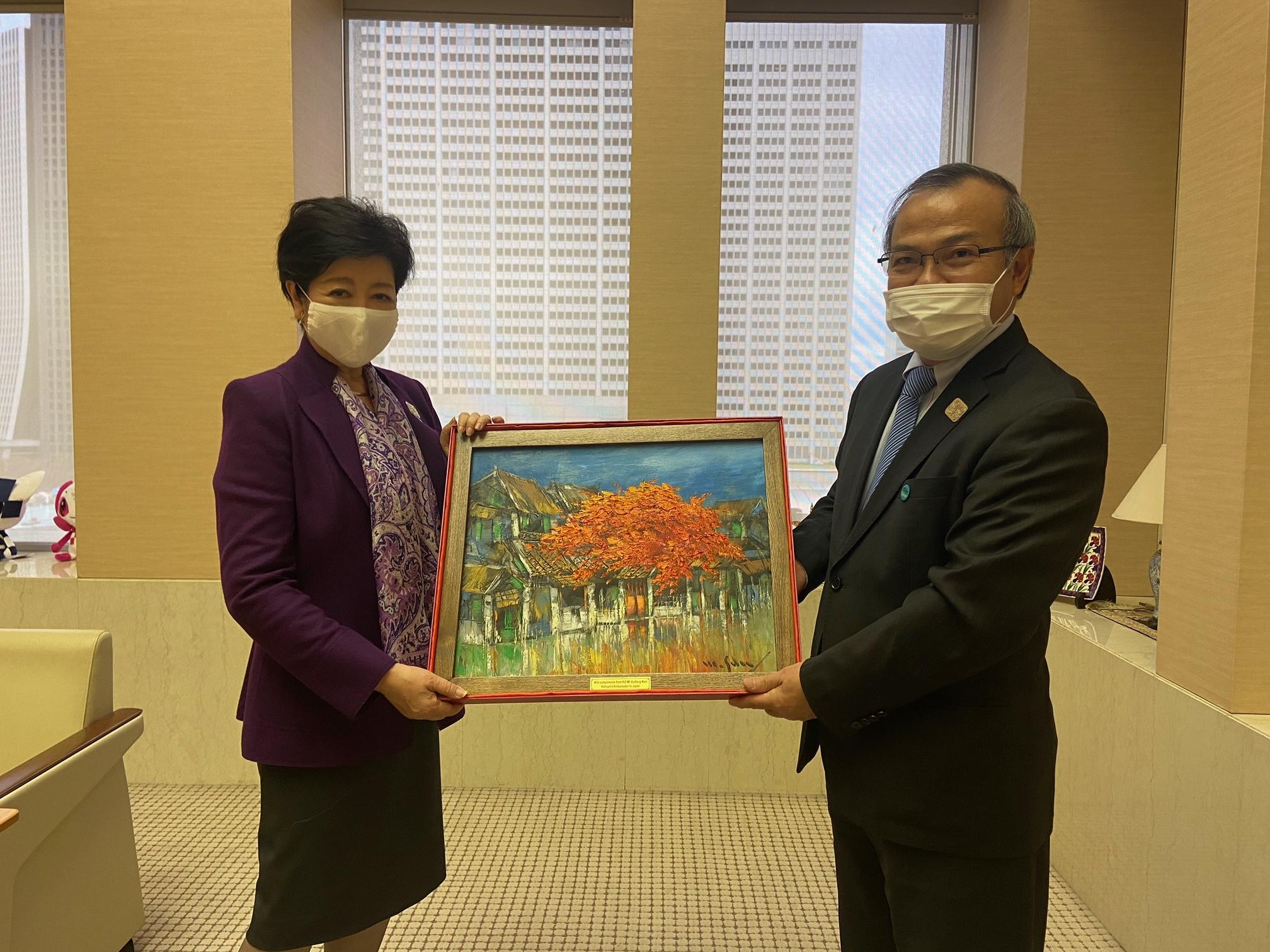 Đại sứ Vũ Hồng Nam chào xã giao Thống đốc Tokyo Koike Yuriko
